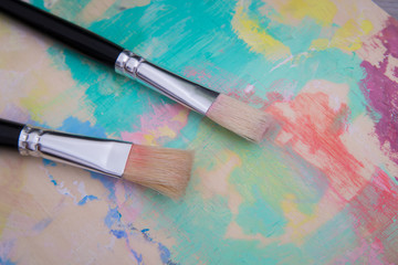 Brushes on the used pallet. Closeup