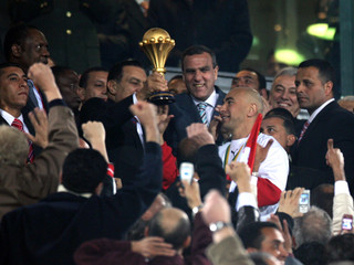 Egyptian President Mubarak hands trophy to Hassan after Egypt defeated Ivory Coast at African Nations Cup in Cairo