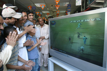 PAKISTANI CRICKET FANS WATCH SECOND ONE DAY MATCH AGAINST INDIA ON TV IN KARACHI.