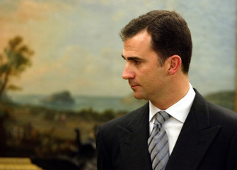 SPAIN'S CROWN PRINCE FELIPE PAUSES BEFORE A DINNER WITH KING JUAN CARLOS AND ARGENTINE PRESIDENT.