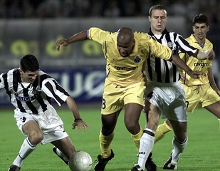 CHAINHO CARLOS OF PORTO IS FOULED BY DULJAJ AND JEREMIC OF PARTIZAN IN BELGRADE.