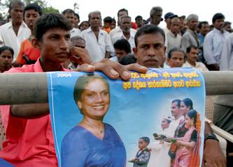 SUPPORTERS OF PEOPLE FREEDOM ALLIANCE HOLD PICTURE OF PRESIDENT CHANDRIKA KUMARATUNGA IN KULIYAPITIYA.