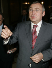 SPOe leader Gusenbauer gestures prior to coalition talks in Vienna