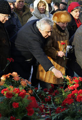 Krenz lays carnation at Monument for the Socialists in Berlin