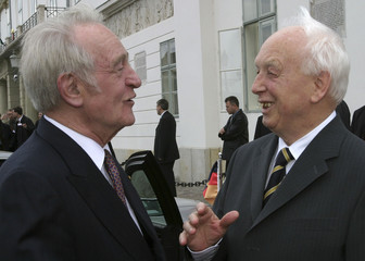 GERMAN PRESIDENT RAU TALKS TO HIS HUNGARIAN COUNTERPART MADL IN BUDAPEST.