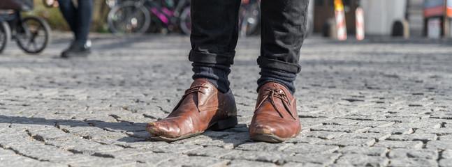 Nahaufnahme von ausgelatschte Schuhe bei denen sich schon die sohle löst