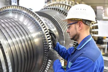 Techniker montiert Gasturbine im Maschinenbau // Technician assembling gas turbine in mechanical engineering
