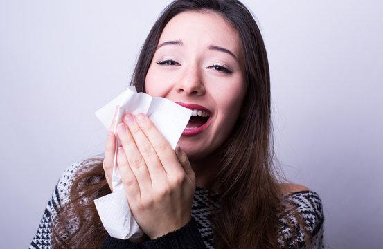 Frau am niesen