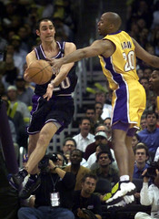 KINGS BARRY LEAPS TO PASS AROUND LAKERS SHAW.