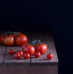 Помидоры,листья салата для готовки на деревянном столе