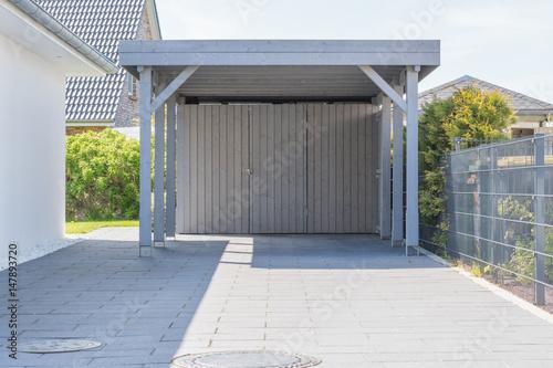 carport in grau mit einfahrt stockfotos und lizenzfreie bilder auf bild 147893720. Black Bedroom Furniture Sets. Home Design Ideas