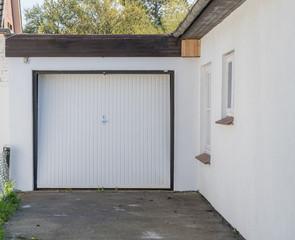 Weiße Garage