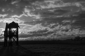 czarno-biały wschód słońca z wieżą