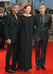 """Clooney, Swinton andGilroy pose as they arrive for the screening of the film """"Michael Clayton"""" at the American film festival of Deauville"""