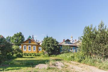 Два деревянных дома на фоне кремля в Ростове Великом