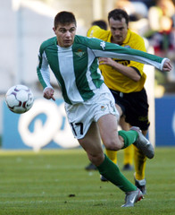 SANCHEZ OF REAL BETIS TAKES THE BALL AGAINST DEPORTIVO ALAVES ATSEVILLE.