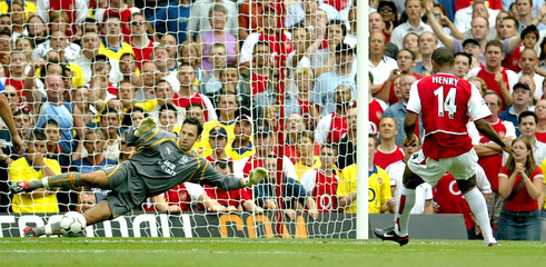 ARSENAL'S HENRY SCORES FROM A PENALTY AGAINST EVERTON AT HIGHBURY.