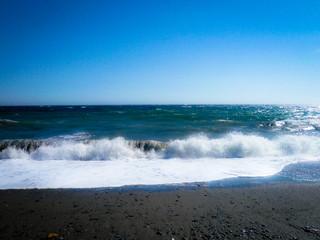 Mar de espuma y cielo