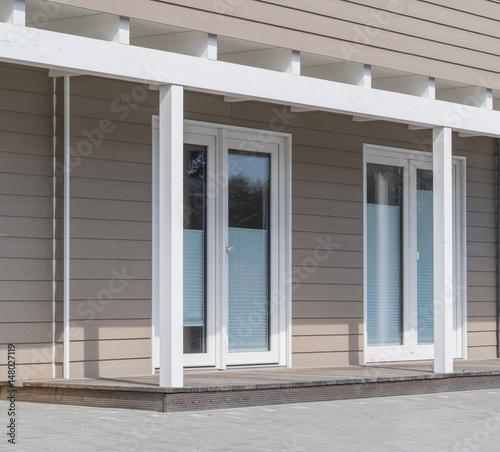 fenster eines hauses mit terrasse stockfotos und lizenzfreie bilder auf bild. Black Bedroom Furniture Sets. Home Design Ideas