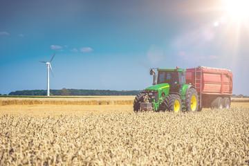 Traktor auf Feld mit Sonne