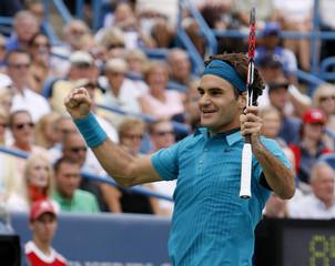 Federer celebrates defeating Djokovic in their championship match at the Cincinnati Masters tennis tournament in Cincinnati