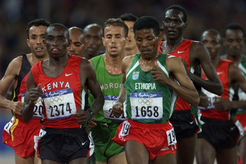 GEBRSELASSIE RUNS WITH THE PACK IN THE MENS 10,000M RACE IN SYDNEY.