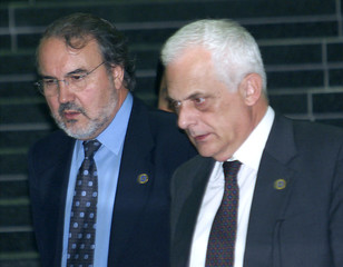 EU ECONOMIC AND MONETARY CHIEF SOLBES MIRA WALKS WITH ITALIAN TREASURY MINISTER VISCO AT G-7 MEETING ...