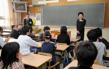 Japanese Prime Minister Fukuda's wife Kiyoko visits a Japanese elementary school in Beijing