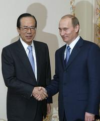 Russia's President Vladimir Putin and Japan's Prime Minister Yasuo Fukuda shake hands at the presidential residence Novo-Ogaryovo outside Moscow