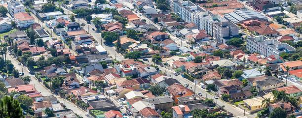 Vista urbana com ruas e casas.