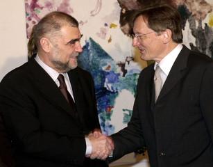 AUSTRIAN CHANCELLOR WOLFGANG SCHUESSEL WELCOMES CROATIAN PRESIDENT STJEPAN MESIC IN VIENNA.