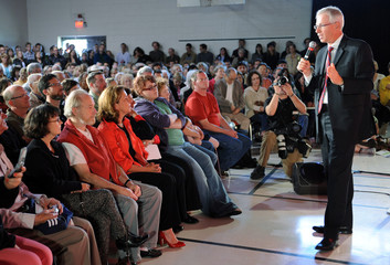 Liberal leader Stephane Dion addresses the crowd at a town hall meeting in Winnipeg