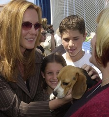 """Actress Elizabeth Perkins (L), a cast member in the motion picture """"Cats & Dogs"""" pets Prada as her d.."""