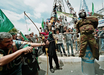 PALESTINIANS POINT BOW AND ARROW AT EFFIGY OF ARIEL SHARON DURING DEMO IN RAMALLAH.