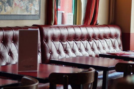 Sitzecke in einem Bistro in Paris