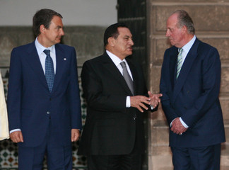 Spanish PM Zapatero, Egyptian President Mubarak and Spanish King Carlos talk during exhibition in Seville