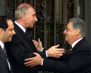 ARGENTINE PRESIDENT DE LA RUA GREETES BRAZILIAN PRESIDENT CARDOSO IN MADRID.