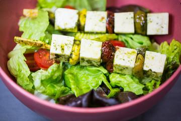 Schafskäse Spieße auf Salat