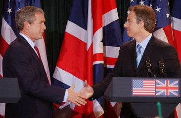 US PRESIDENT BUSH SHAKES HANDS WITH BRITAIN'S PRIME MINISTER BLAIRDURING A NEWS CONFERENCE IN NORTHEN ...