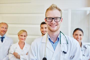 Arzt vor Team im Krankenhaus