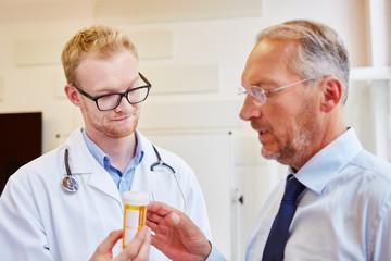 Arzt gibt Patient Medikamente