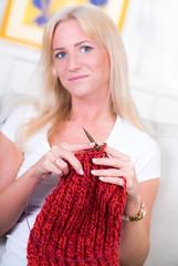 blonde frau mit strickzeug