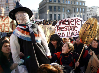 High school students hold an effigy of Chile's President Bachelet in Valparaiso