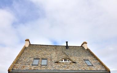 Jolie toiture aux belles ardoises d'une maison en Bretagne