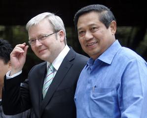 Australian Prime Minister Rudd walks with Indonesian President Yudhoyono after their meeting in Jimbaran