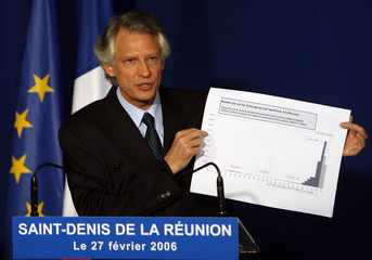"""French PM Villepin holds up diagram of cases of """"Chikungunya"""" fever at news conference in Saint Denis"""