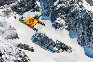 Wall Mural - snowboarder in alta montagna