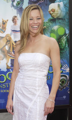 """CAST MEMBER LINDA CARDELINNI POSES AT PREMIERE OF """"SCOOBY-DOO 2""""."""