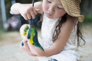 絵具で遊ぶ女の子