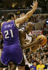 LAKERS SHAQUILLE ONEAL LOOKS TO CHARGE BASKET PAST KINGS DIVAC.